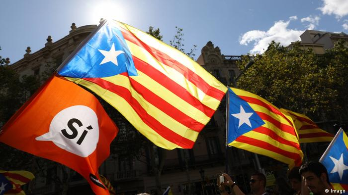 Catalan flags and a red flag that reads Sí (Imago)
