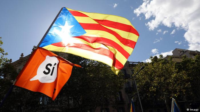 A Catalan independence flag flies in the city of Barcelona (Imago)