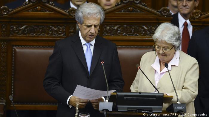La senadora uruguaya Lucía Topolansky, esposa del expresidente José Mujica, se convirtió en la nueva vicepresidenta de Uruguay al asumir la presidencia del Senado en lugar de Raúl Sendic, que renunció a su cargo. 13.09.2017