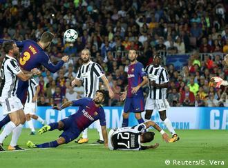 بيكيه يسدد بالرأس وبوفون يتابع خلال مواجهة برشلونة مع يوفنتوس. الاثنان اعتزلا اللعب الدولي مع منتخبي بلديهما.