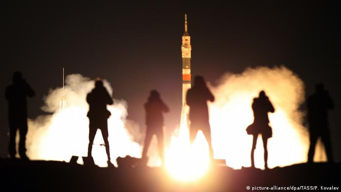 Photographs taking pictures as Soyuz MS-06 launches from Baikonur (picture-alliance/dpa/TASS/P. Kovalev)