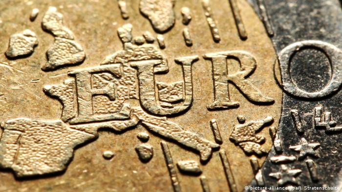 Euro coin (picture-alliance/dpa/J. Stratenschulte)