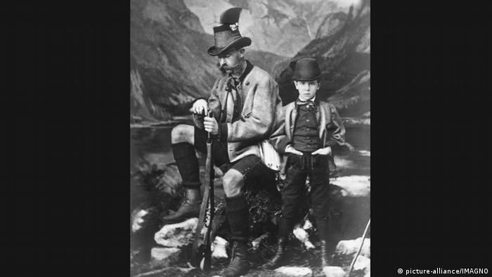 Австрийский император Франц Иосиф I позирует во время охоты со своим сыном