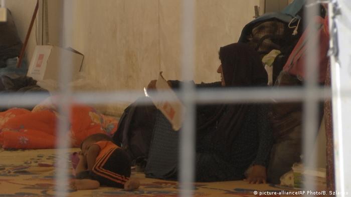Irak | Frau mit Kind in einem Lager in der Nähe von Mossul