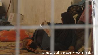 Irak   Frau mit Kind in einem Lager in der Nähe von Mossul