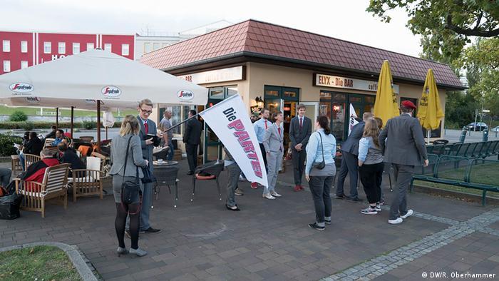 Mitglieder von Die PARTEI in Frankfurt/Oder vor einem Lokal (Foto: DW/R. Oberhammer)