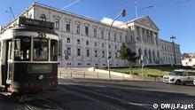 'Tram-Tour? vor dem portugiesischen Parlament: Touristen helfen, die Staatsschulden zu bezahlen