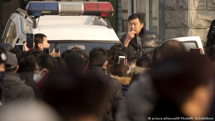 China Online Lender Seized (picture-alliance/AP Photo/M. Schiefelbein)