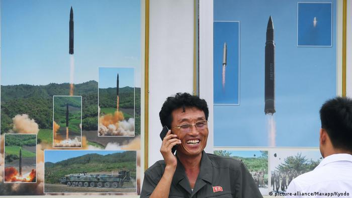 Nordkorea Mann mit Smartphone (picture-alliance/Maxapp/Kyodo)