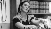 ARCHIV - Erst nach ihrem Tod wurde die Malerin Frida Kahlo (undatiertes Archivfoto) berühmt und heute ist sie eine der bekanntesten Figuren der mexikanischen Kunstgeschichte. Und weil sie in diesem Jahr 100 Jahre alt geworden wäre, wird Frida «Die Malerin des Leidens» mit Ausstellungen, Buchveröffentlichungen, Konferenzen geehrt. Sie wurde am 6. Juli 1907 in Mexiko-Stadt als Tochter eines Deutschen und einer Mexikanerin geboren. EPA/Mario Guzman (zu dpa-Korr. Leben voller Leiden, Leidenschaft und Kunst - Frida Kahlo wäre 100 vom 05.07.2007) +++(c) dpa - Bildfunk+++  