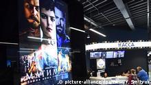 VLADIVOSTOK, RUSSIA - SEPTEMBER 11, 2017: Buying tickets for the premiere of Alexei Uchitel's latest film Matilda at the Illuzion cinema. Yuri Smityuk/TASS Foto: Yuri Smityuk/TASS/dpa |