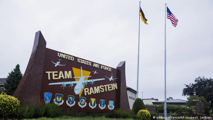The flags of the United States and Germany fly behind a sign at Ramstein Air Base, Germany (picture-alliance/AP Images/L. Jackson)
