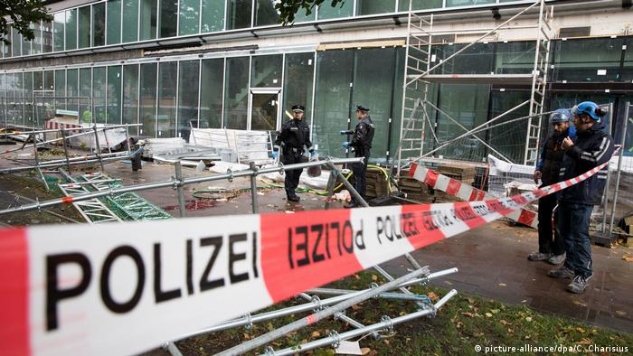 Sebastian's winds caused scaffolding to fall down on pedestrians in Hamburg, killing one man (picture-alliance/dpa/C. Charisius)