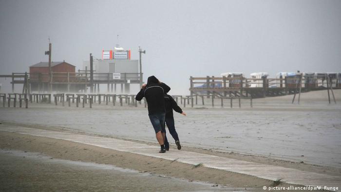 Deutschland - Unwetterwarnung: Orkantief Sebastian (picture-alliance/dpa/W. Runge)