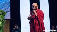 13.09.2017+++ Besuch des Dalai Lama in Frankfurt am Main. Rede in der Jahrhunderthalle - Der Dalai Lama bedankt sich. Foto: DW/Sandro Schroeder