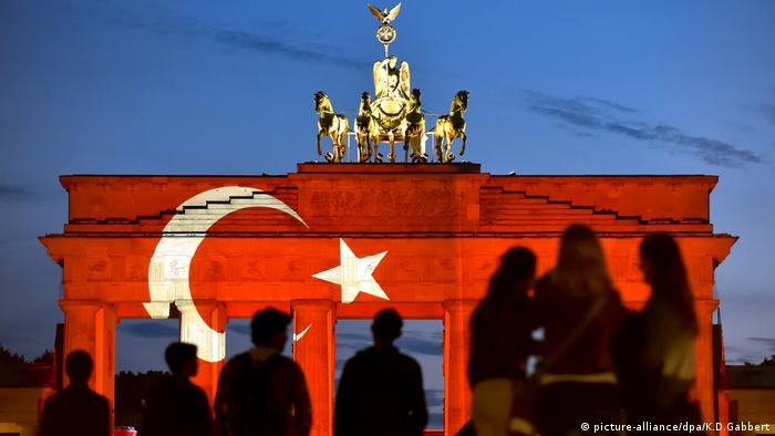 Brandenburger Tor in türkischen Farben Symbolbild Asylsuchende aus der Türkei (picture-alliance/dpa/K.D.Gabbert)