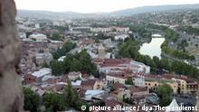 Blick von der Burg oberhalb der Stadt auf das Zentrum von Georgiens Hauptstadt Tiflis, in der Bildmitte ist der Fluß Kura zu sehen