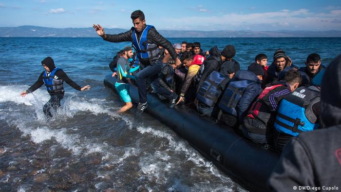 Refugees arrive in a boat at the Greek island of Lesbos (DW/Diego Cupolo)