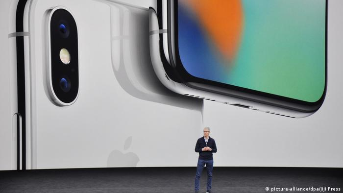 Apple Inc. CEO Tim Cook introduces the iPhone X smartphone during an event held at the company's new headquarters in Cupertino, California, on Tuesday, Sept. 12, 2017. (picture-alliance/dpa/Jiji Press)