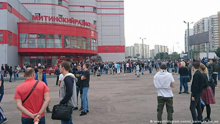 Crowds stand outside a Moscow shopping center after a bomb threat (Imago/instagram.com/el_baron_de_fon_wo)