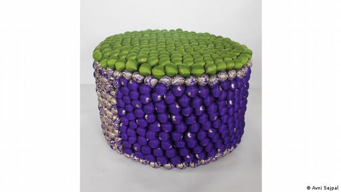 Пуфик, украшенный помпонами из утилизованных индийских сари