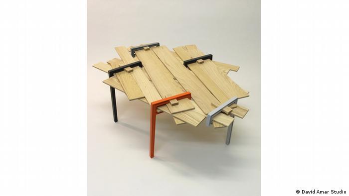 Стол из строительной древесины и алюминия