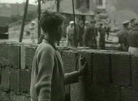 Garoto observa o outro lado durante a construção