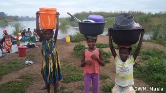 Mosambik Kinder tragen gewaschenes Geschirr nach Hause