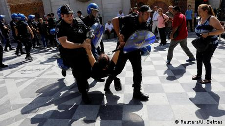 Turkish police detain protesters during trial against two suspected coup plotters (Reuters/U. Bektas)