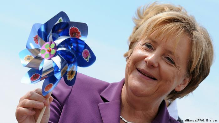 Deutschland | Angela Merkel mit Windrädchen (picture-alliance/AP/G. Breloer)
