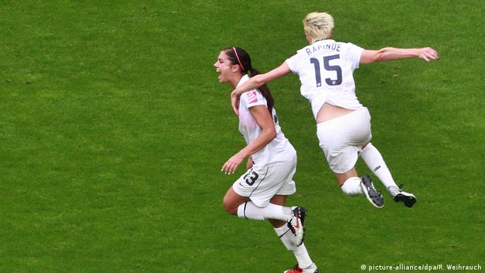 USA Fußball Megan Rapinoe & Alex Morgan (picture-alliance/dpa/R. Weihrauch)