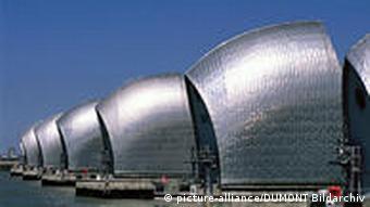 Die Thames Barrier ist das größte bewegliche Flutschutzwehr der Welt.