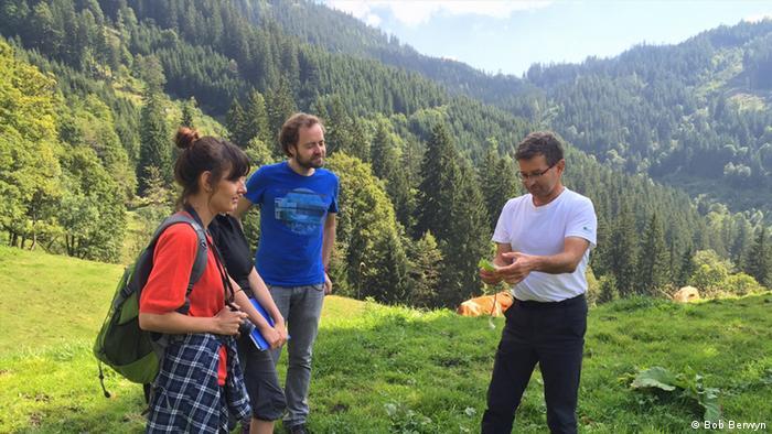 Menschen unterhalten sich in den Alpen