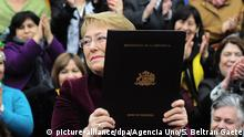 14.09.2017+++ Die chilenische Präsidentin Michelle Bachelet hält am 14.09.2017 in Santiago de Chile (Chile) eine Mappe mit den Unterlagen des Gesetzes, das die die Legalisierung von Abtreibungen in bestimmten Fällen vorsieht, in den Händen. Die Vorlage war vor über zwei Jahren von der Präsidentin im Parlament eingereicht worden. Die jetzt liberalisierte Gesetzgebung stammte noch aus der Zeit der Pinochet-Diktatur (1973-1990) und galt als eine der restriktivsten der Welt. Foto: Sebastian Beltran Gaete/Agencia Uno/dpa +++(c) dpa - Bildfunk+++  