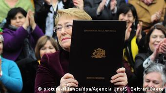 Michele Bachelet, presidente do Chile, decreta lei de legalização do aborto.