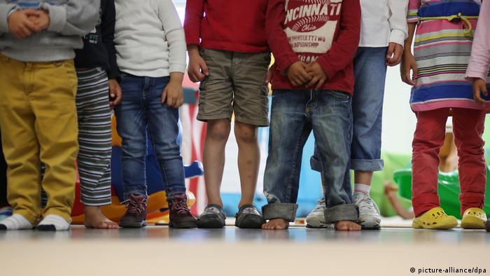 Pernas de crianças em jardim de infância