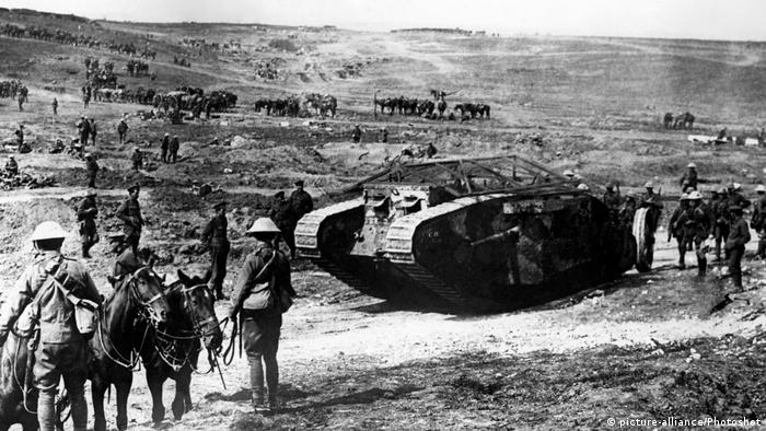 15 Sep 1916 Die ersten Panzer Mark I tank (C.19 Clan Leslie) (picture-alliance/Photoshot)