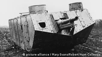 Die ersten Panzer Frankreich WWI (picture-alliance / Mary Evans/Robert Hunt Collectio)