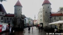 15.09.2017 Tallinn, Estland, altes Stadttor mit Blick auf die Fußgängerzone und das Rathaus von Tallinn, Hauptstadt Estland. Hier tagen die EU-Finanzminister informell. Aufgenommen am 15.09.2017. Foto: Bernd Riegert, DW
