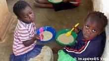 09.05.2017 +++ Schuelerinnen und Schueler der Grundschule in Mkundi, Region Dedza, in Malawi bekommen am 09.05.2017 ihr Schulessen. Die deutsche Entwicklungshilfe hat sich neue Rezepte gegen Hunger zur Aufgabe gemacht - und sie fordert Unterstuetzung der G-20. In Malawi, einem der aermsten Laender der Welt, leiden viele der rund 17 Millionen Einwohner an Mangelernaehrung. Besonders schlimm ist es fuer die Kinder, fast 40 Prozent der Kleinen sind so schlecht versorgt, dass sie nicht richtig wachsen und stark anfaellig sind fuer Krankheiten. Unterernaehrung gilt als Ursache fuer nahezu einem Viertel aller Faelle von Kindersterblichkeit in Malawi. Trotz enormer Fortschritte in den vergangenen Jahren sterben der offiziellen Statistik zufolge immer noch 64 von 1.000 Kindern vor ihrem fuenften Geburtstag. Auch deshalb steht Afrika beim G-20-Gipfel erneut im Brennpunkt. (Siehe epd-Bericht vom 09.06.2017) Welt Copyright: epd-bild/SilviaxVogt Schoolgirls and Schueler the Primary school in Region in Malawi get at 09 05 2017 her Schulessen the German Development aid has to New Recipes against Hunger to Task made and Them calls Support the G 20 in Malawi a the aermsten Countries the World suffer many the Around 17 Million Residents to Lack of nutrition special bad is it for the Children Almost 40 Percent the small are as bad supplies that Them not right grow and strong vulnerable are for Diseases Malnutrition is as Cause for almost a Quarter all Faelle from Child mortality in Malawi Despite enormous Progress in the past Years Die the official Statistics According Always yet 64 from 1 000 Children before her fifth Birthday too therefore is Africa the G 20 Summit again in Focal point See epd Report of 09 06 2017 World Copyright epd Picture SilviaxVogt