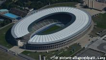 Eine Luftaufnahme zeigt am Samstag (25.08.13) das Olympiastadion in Berlin. | Verwendung weltweit