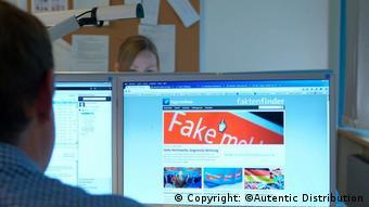 На мониторе компьютера открыт сайт, на котором можно прочесть слово fake