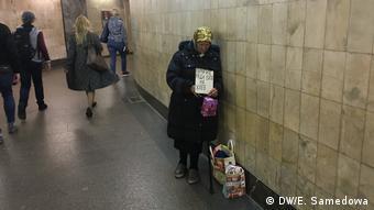 Женщина просит милостыню в московском метро