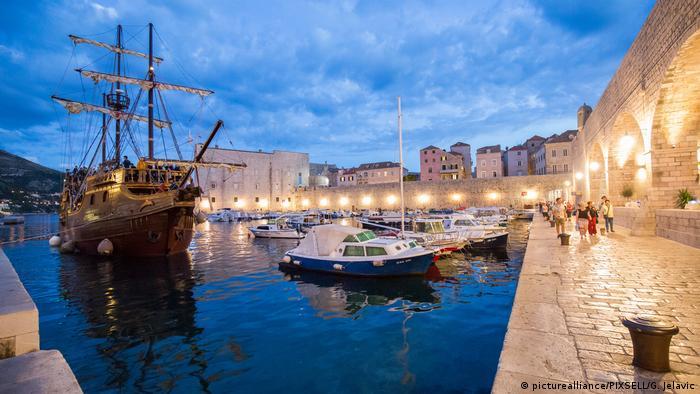 Brodovi i brodice u luci u Dubrovniku, predvečer