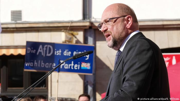 Martin Schulz with an AfD sign in the background (picture-alliance/dpa/S. Willnow)