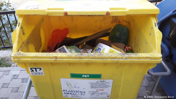 Hrvatska trenutno reciklira oko 20 posto smeća, a prema odredbama EU-a do 2020. godine bi trebala reciklirati čak 50 posto. Prvi korak prema recikliranju je odvajanje otpada. A ono je u Hrvatskoj još u povojima. Za to su potrebni ekološki osviješteni građani, ali i infrastuktura - šareni kontejneri kojih će biti dovoljno, koji će se redovito prazniti i čiji će sadržaj biti propisno obrađivan.