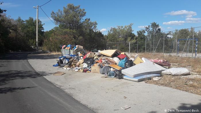 Krupni otpad pored igrališta