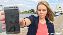 DW-Reporterin Samantha Early hält ein Foto von ihrem Vater in die Kamera
