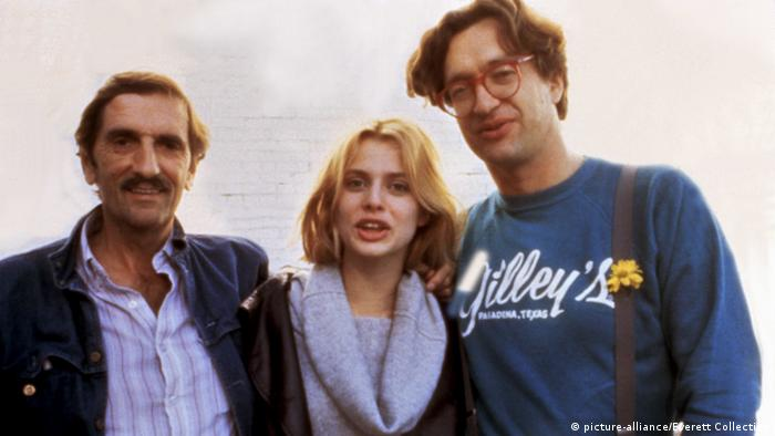 Trío legendario: Wim Wenders con las estrellas de su Paris, Texas Harry Dean Stanton y Nastassia Kinki, en 1984. (picture-alliance/Everett Collection)
