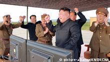HANDOUT - Das undatierte Handout-Foto, am 16.09.2017 zur Verfügung gestellte Foto der staatlichen Korean Central News Agency zeigt den nordkoreanischen Führer Kim Jong Un (3.v.r), der an einem nicht näher bezeichneten Ort sich über einen angeblich erfolgreichen Test einer Hwasong-12-Mittelstreckenrakete freut. Unabhängige Journalisten durften bei dem Test nicht zugegen sein. (zu dpa «USA:Militärische Option für Nordkorea bleibt auf dem Tisch» vom 15.09.2017) ACHTUNG: Nur zur redaktionellen Verwendung im Zusammenhang mit der aktuellen Berichterstattu ng und nur bei Nennung: Foto: -/KCNA via KNS/dpa +++(c) dpa - Bildfunk+++ |